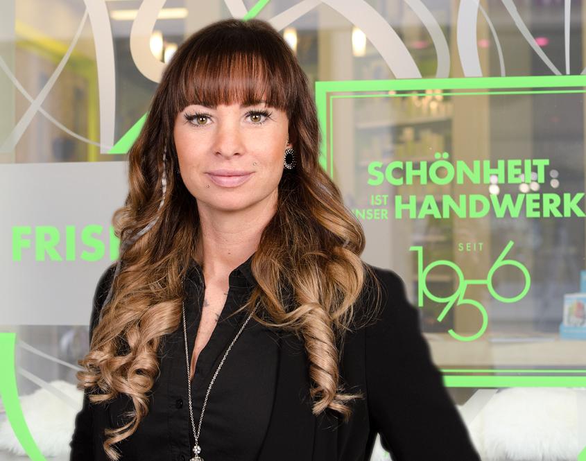 Janin Wünschmann steht vor Salon Strese.