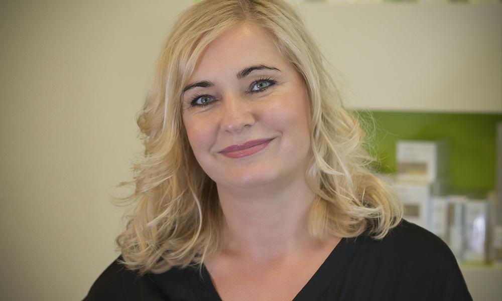 Portraitbild von Grit Bremer, Friseurmeisterin mit blondem schulterlangen lockigem Haar des Salon Strese